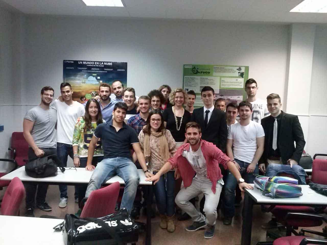 Alumnos y alumnas de 1er Grado en Ingeniería de Florida y la profesora Mercedes Aznar