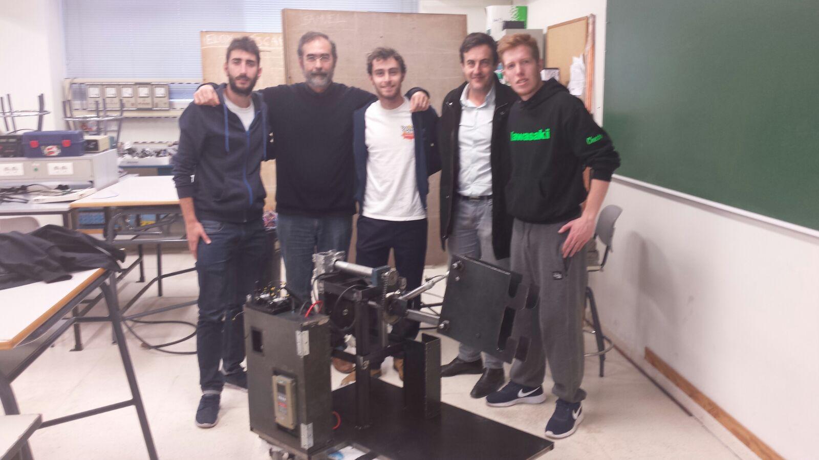 El Dr. Rafael Sánchez Grandía (segundo por la izquierda) y Rafael Bazán Devis, CEO de Umnixok Innovation (segundo por la derecha) junto a uno de los equipos de estudiantes de 2º de Mecatrónica
